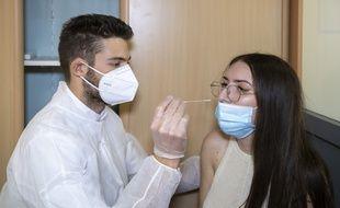 Comme le test PCR, le test antigénique se fait par le nez mais l'obtention du résultat est bien plus rapide
