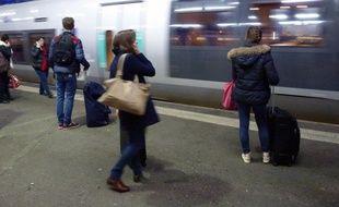 Des passagers attendent l'arrivée d'un train en gare de Rennes.