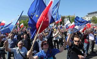 Des opposants polonais au gouvernement conservateurs manifestent à Varsovie en faveur de l'Europe le 7 mai 2016.