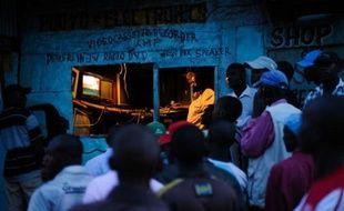 Les Kényans étaient suspendus mardi à la publication des résultats de l'élection présidentielle, qui tombaient au compte-gouttes mais donnaient invariablement le vice-Premier ministre Uhuru Kenyatta en tête, cinq ans après un précédent vote qui avait tourné au bain de sang.
