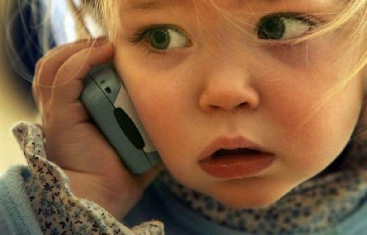 La secrétaire d'état à l'Ecologie, Chantal Jouanno, s'est déclarée vendredi favorable à l'interdiction de l'utilisation du téléphone portable par les jeunes enfants et à l'utilisation d'une oreillette. – Adrian Dennis AFP