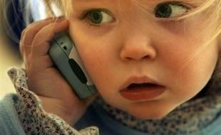 La secrétaire d'état à l'Ecologie, Chantal Jouanno, s'est déclarée vendredi favorable à l'interdiction de l'utilisation du téléphone portable par les jeunes enfants et à l'utilisation d'une oreillette.