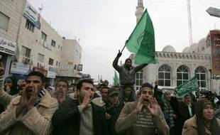"""Quelque 200 Palestiniens ont protesté samedi à Ramallah, en Cisjordanie, contre la récente série de rencontres """"exploratoires"""" israélo-palestiniennes en Jordanie."""