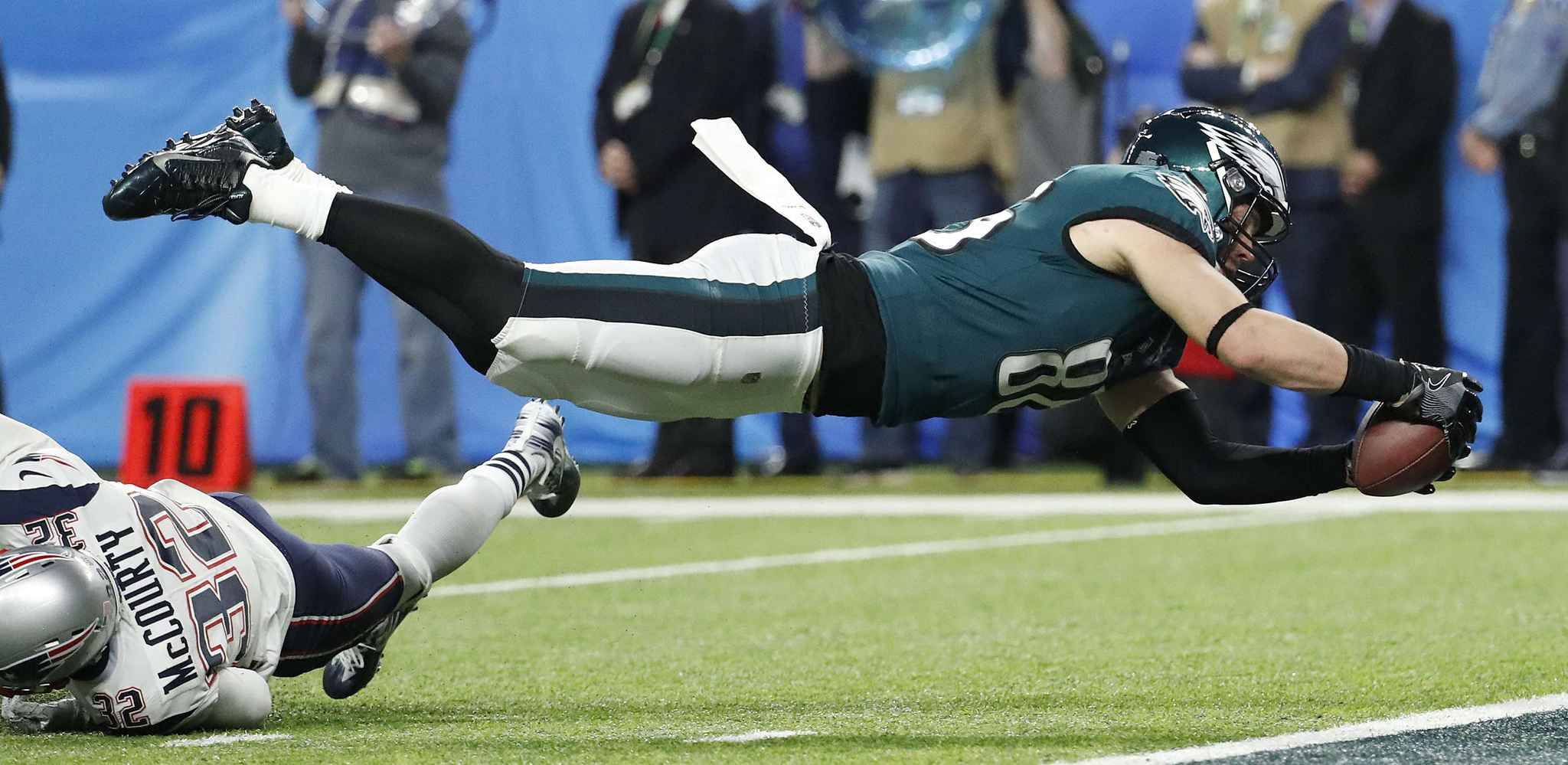 Philadelphia Eagles' Zach Ertz catches a touchdown pass during the second half of the NFL Super Bowl 52 football game against the New England Patriots Sunday, Feb. 4, 2018, in Minneapolis