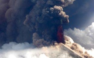 Vue d'hélicoptère du volcan Ulawun en éruption, le 26 juin 2019 en Papouasie-Nouvelle Guinée.