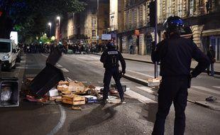 Les forces de l'ordre démontent les barricades érigées par les manifestants dans le centre ville de Bordeaux, le 27 avril 2017.