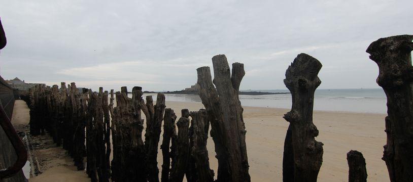 Les célèbres brise-lames de Saint-Malo ont été érigés en 1830 pour protéger la digue.