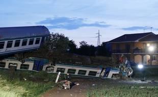 En Italie, un train a déraillé après avoir heurté un gros poids lourd qui s'était arrêté à un passage à niveau peu avant le passage du convoi, dans la nuit du mercredi 23 mai 2018.