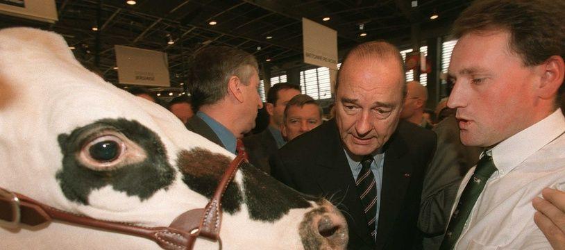 L'ancien président de la République Jacques Chirac, ici dans les allées du salon de l'Agriculture à Paris, en 2001.