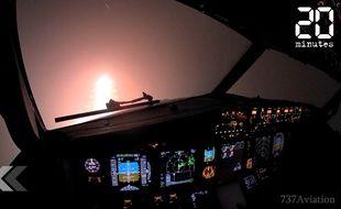 Un pilote d'avion filme son atterrissage dans la nuit et le brouillard.
