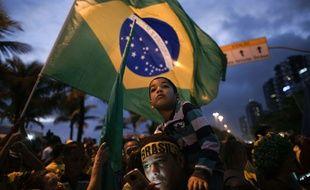 Les soutiens de Jair Bolsonaro rassemblées devant sa résidence à Rio de Janeiro, le 28 octobre 2018.