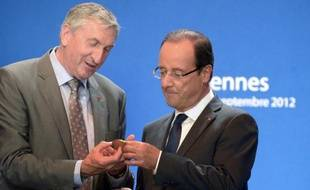 """François Hollande a rendu hommage jeudi à un """"grand dirigeant agricole"""" en la personne de l'ancien président de la Fédération nationale des syndicats d'exploitants agricoles (FNSEA), Jean-Michel Lemétayer, décédé la veille à l'âge de 62 ans."""