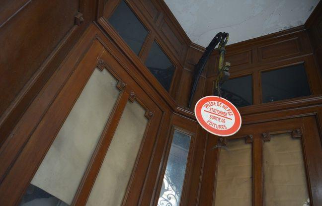 Cette clé, derrière une grille rue Lemay, date de l'époque où elle marquait l'entrée d'une serrurerie.