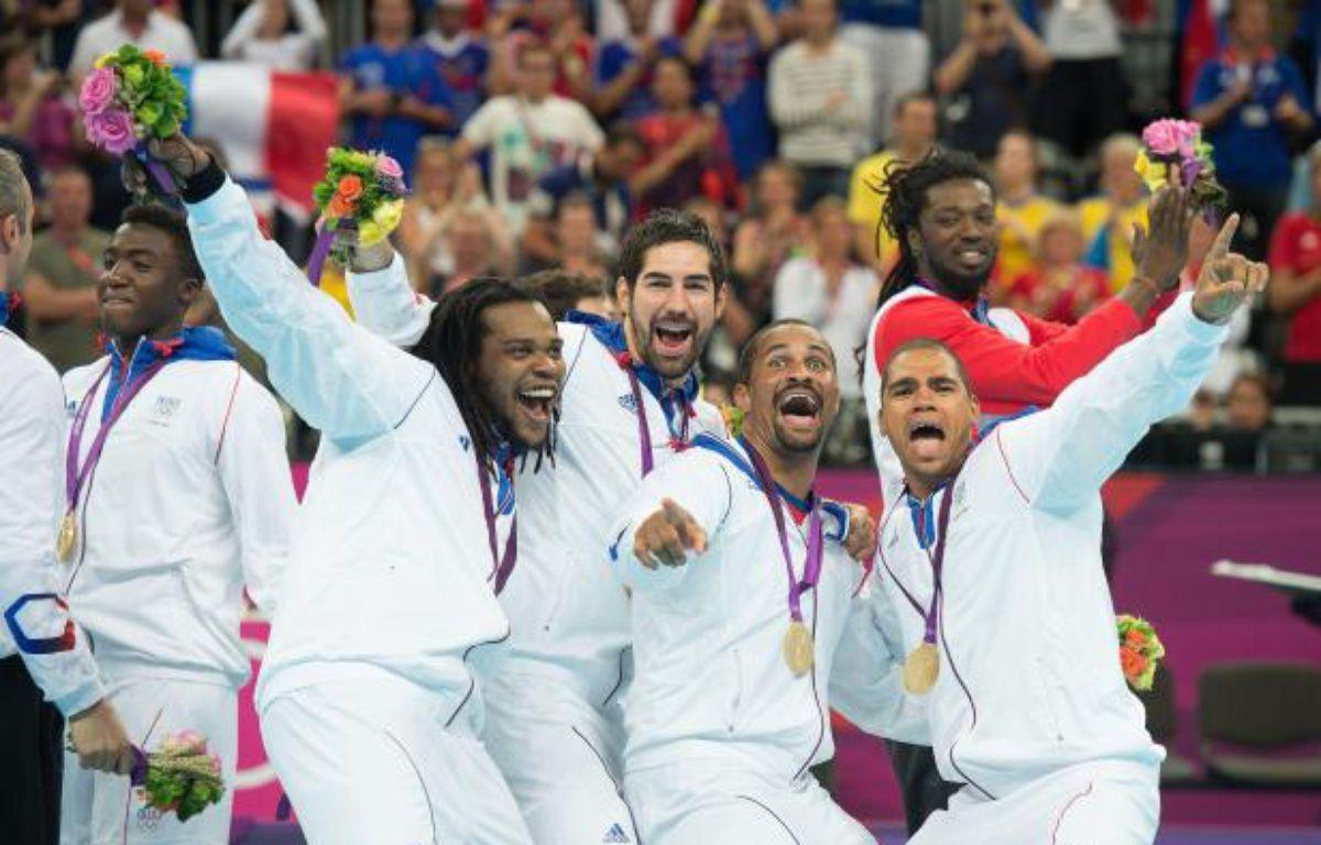 L'équipe de France de handball (de gauche à droite: Luc Abalo, Cedric Sorhano, Nikola Karabatic, Didier Dinar et Daniel Narcisse) célèbre sa victoire dimanche 12août. – NIVIERE/CHAMUSSY/SIPA