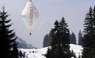 Ce ballon est la réplique de celui utilisé par Jean-Louis Etienne pour traverser le pôle Nord. La vue a été prise lors d'un vol d'essai à Carroz-d'Araches, le 11 mars 2010.
