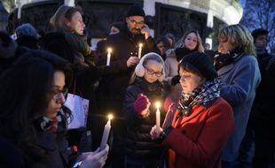 Des personnes lors du rassemblement en hommage aux victimes de l'attaque du journal Charlie Hebdo qui a fait 12 morts, le 7 janvier 2015 à Paris