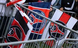 Les drapeaux des supporters parisiens, le 13 mai 2013 lors de la célébration du titre de champion de France du PSG au Trocadéro à Paris.