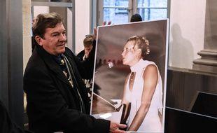 Jacky Kulik tient dans les mains une photo de sa fille, Elodie, violée et tuée en 2002