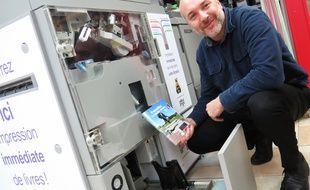 Olivier Barbier est  capable d'imprimer un livre sur demande dans sa libraire de Wavrin.