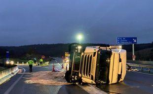 Le poids lourd s'est renversé sur l'A20, dans le sens Paris-Toulouse, le 13 janvier 2021.