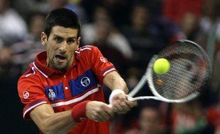 Le Serbe Novak Djokovic face à Gilles Simon, en Coupe Davis, le 3 décembre 2010, à Belgrade.