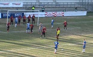 Les joueurs de la réserve de l'OGN Nice ont fait un mur sur leur propre ligne de but, le 25 janvier 2015, au stade des Alpes de Grenoble.