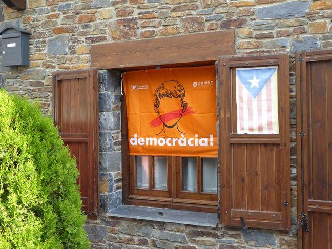 Une affiche en faveur du «oui» au référendum d'autodétermination de la Catalogne et l'estelada, le drapeau indépendantiste catalan, le 25 septembre 2017 à Llívia.