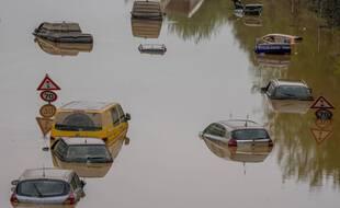 Des véhicules engloutis par les eaux à Erftstadt, en Allemagne, le 17 juillet 2021, après des intempéries dévastatrices.