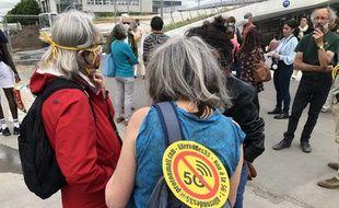 Des militants anti-5G lors d'une action devant la gare de Rennes.