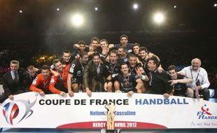 Les joueurs de Montpellier fêtent leur victoire en Coupe de France de handball, le 15 avril 2012 à Paris.