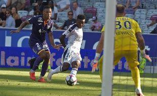 Kelvin Amian est dépassé, mais Baptiste Reynet va rattraperle coup face à l'attaquant de Bordeaux Samuel Kalu.
