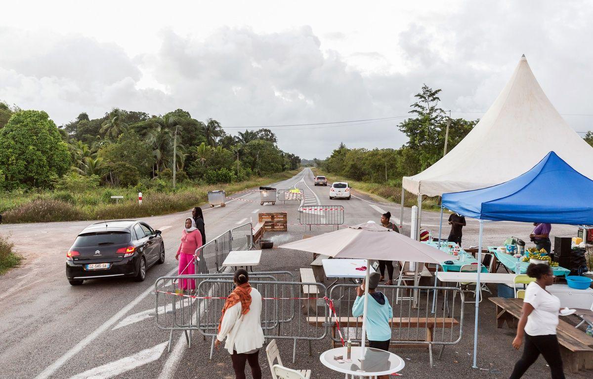 Un barrage organisé par des grévistes en Guyane le 25 mars 2017. – JODY AMIET / AFP