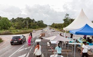 Un barrage organisé par des grévistes en Guyane le 25 mars 2017.