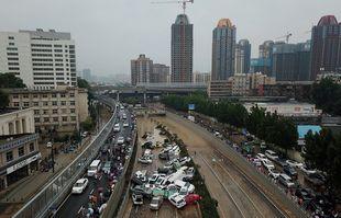 Une vue aérienne montrent les voitures empilées les unes sur les autres à l'entrée d'un tunnel à la suite des fortes pluies à Zhengzhou, dans la province chinoise du Henan, le 22 juillet 2021.