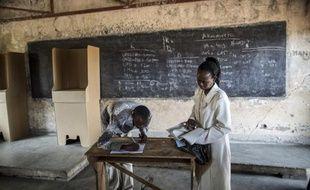 Des membres de la Commission électorale dans un bureau de vote de Bujumbura, le 28 juin 2015