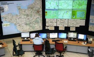Un gendarme est installé à son poste de travail, le 22 novembre 2011 à Saint-Grégoire, dans la salle opérationnelle du Centre Régional d'Information et de Coordination Routières (CRICR) de l'Ouest