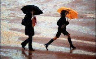 Une tempête accompagnée de fortes pluies et de violentes rafales a traversé vendredi la France, faisant un mort et plusieurs blessés à Paris et dans le Rhône, et privant plus de 200.000 foyers d'électricité.