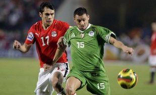 L'international Algérien Karim Ziani, marqué par l'Egyptien Ahmed Hassan, le 14 novembre 2009 au Caire.