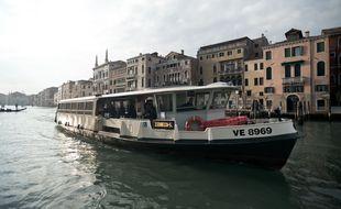 Un vaporetto, bus fluvial circulant à Venise (Italie). Illustration)