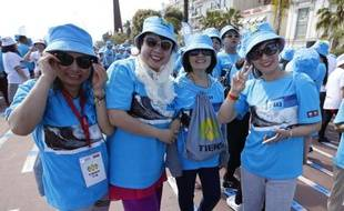 """Des employés du groupe chinois """"Tiens"""" paradent à Nice où ils sont venus avec environ 6.400 collègues fêter le vingtième anniversaire de leur entreprise"""