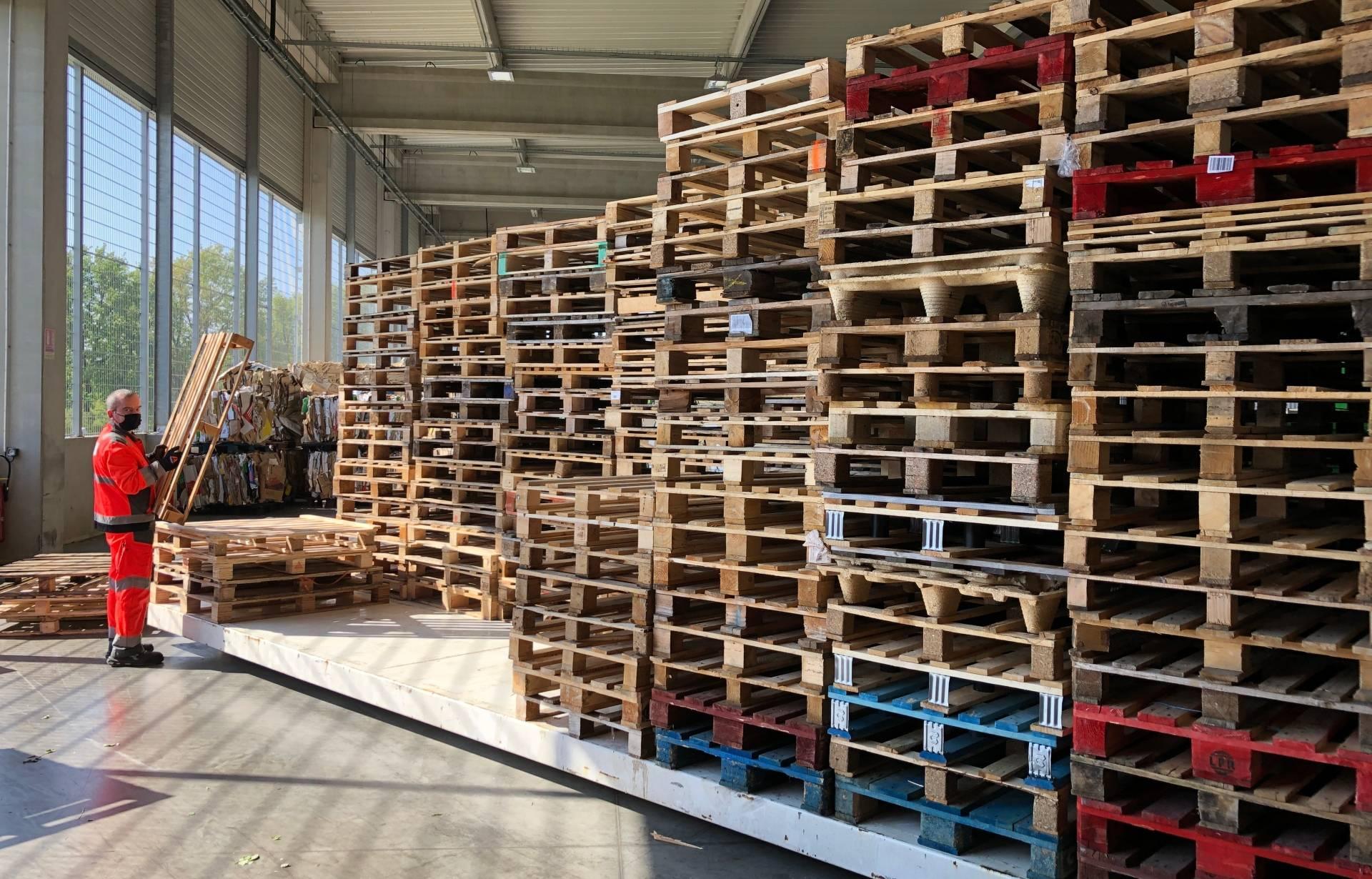 Le stock de palettes du centre de tri des déchets du MIN de Nantes.
