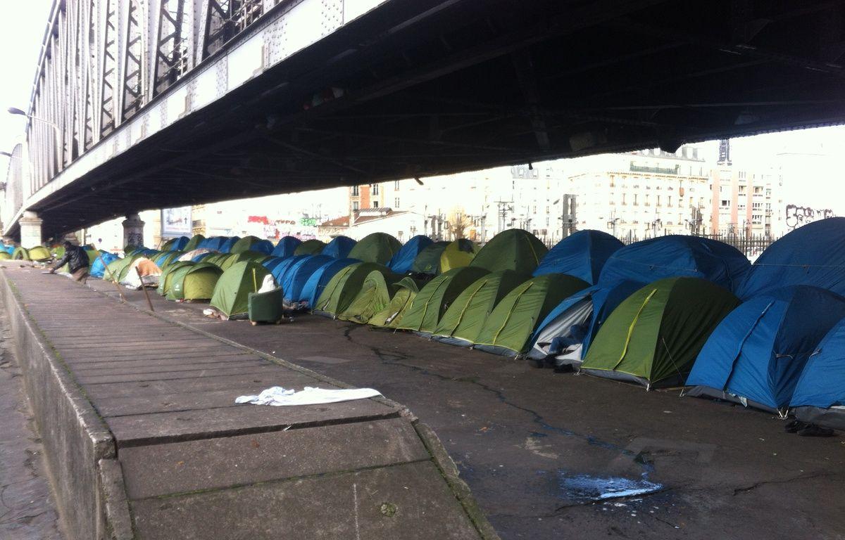 Une centaine de tentes, dans lesquelles dorment jusqu'à quatre réfugiés, sont installées sous une portion aérienne du métro  de la ligne 2, près de la station La Chapelle, à Paris ce mardi 3 mars 2015. – F. Pouliquen / 20 Minutes