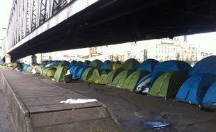 Une centaine de tentes, dans lesquelles dorment jusqu'‡ quatre rÈfugiÈs, sont installÈes sous une portion aÈrienne du mÈtro  de la ligne 2, ‡ la station Porte de la Chapelle, ‡ Paris, le 3 mars 2015.