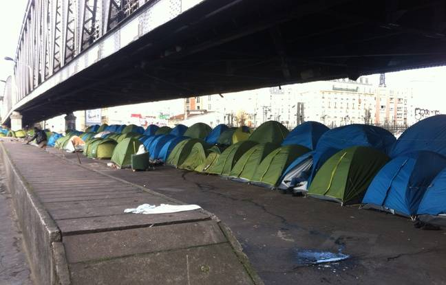 Une centaine de tentes, dans lesquelles dorment jusqu'à quatre réfugiés, sont installées sous une portion aérienne du métro  de la ligne 2, près de la station La Chapelle, à Paris ce mardi 3 mars 2015.