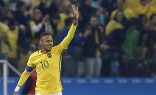Neymar fête un but lors du match entre le Brésil et la Colombie aux JO le 13 août 2016.