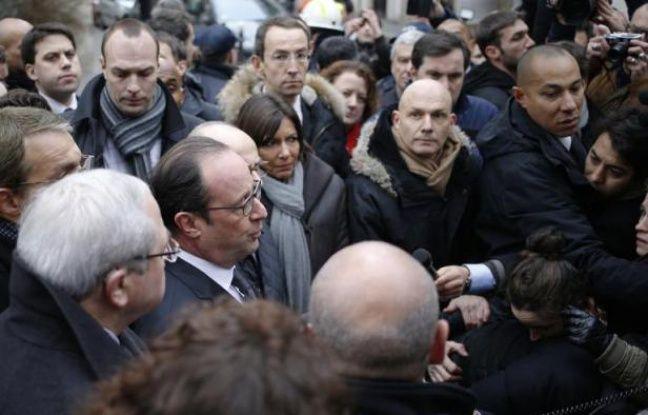 François Hollande devant le siège de Charlie Hebdo à paris après l'attaque du journal qui a fait 12 morts, le 7 janvier 2015