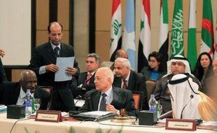 La Ligue arabe examine l'avenir de sa mission d'observation en Syrie, qui pourrait être prolongée d'un mois malgré les critiques grandissantes sur son incapacité à faire cesser les violences, marquées par la brève prise d'une ville proche de Damas par des déserteurs.