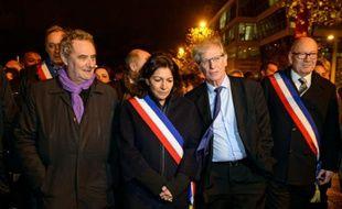 La maire de Paris, Anne Hidalgo (2ème G) et le maire de Saint-Denis, Didier Paillard (D) rendent hommage devant le Stade de France aux victimes des attentats du 13 novembre, le 19 novembre 2015