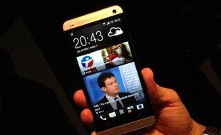 100% personnalisable, l'écran d'accueil du HTC One joue la carte de l'info non-stop.