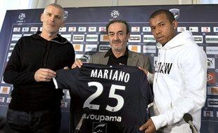 Francis Gillot et Jean-Louis Triaud, entraîneur et président de Bordeaux, accueille le Brésilien Mariano, unes des premières recrues du mercato, le 30 décembre 2011.